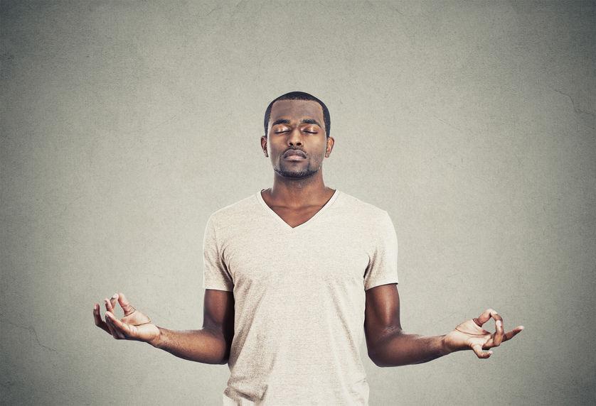 Stress abbauen: Mann in meditativer Haltung