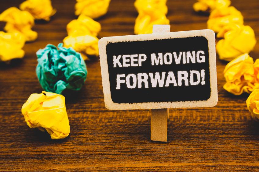 """Schild mit der Aufschrift """"Keep moving forward"""""""